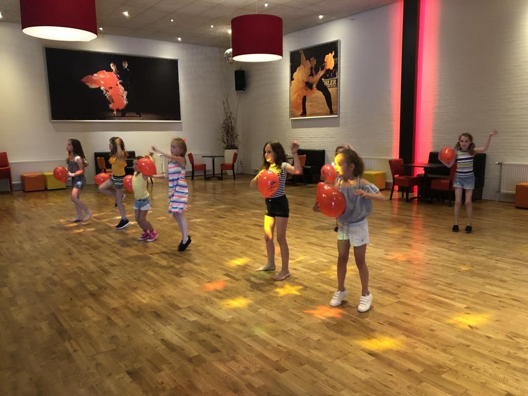Dansspelletjes op het kinderfeest in Weert